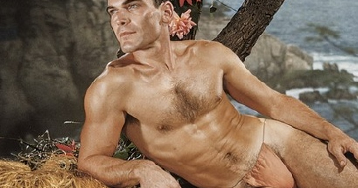 Bodybuilder sunbath and bare by the pool